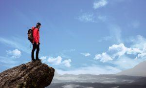 Mochilero en camino de la montaña