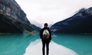 Viajar solo y barato sin sentirse solo: dónde y cómo hacerlo