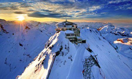 Navidad en la nieve entre montañas