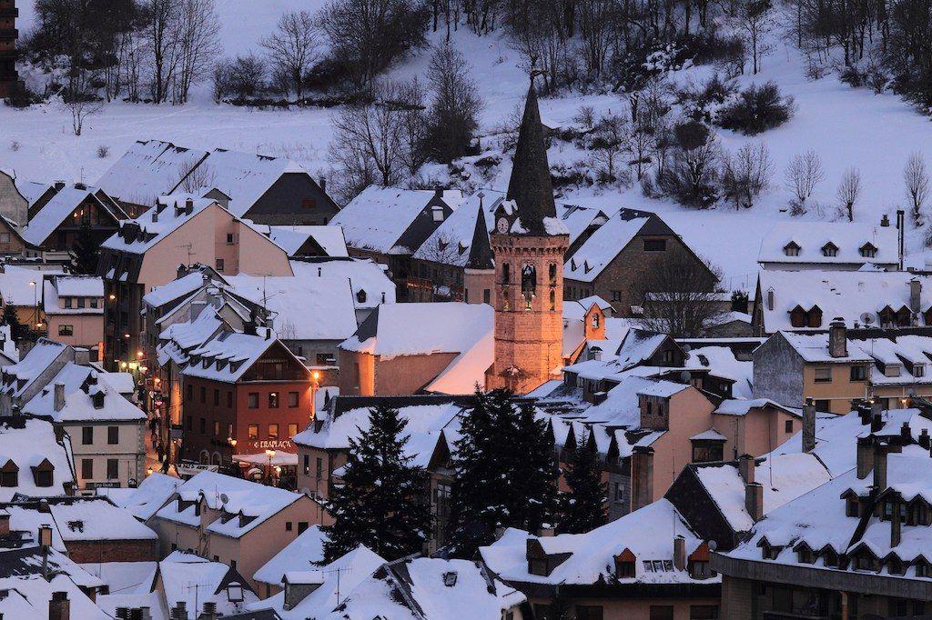 la ciudad entre montañas