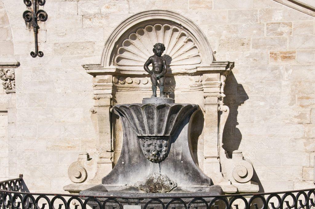 estatua niño que orina