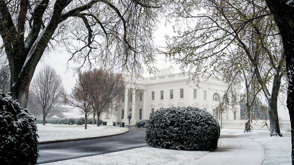 la casa blanca de estados unido se cubre de nieve