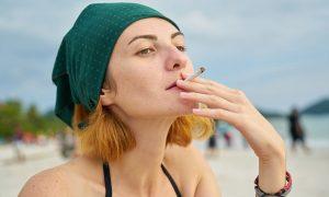 Disfruta el aire limpio en las playas donde está prohibido fumar en España