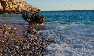 Oleaje en una playa de rocas en España