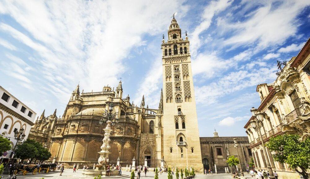 La Giralda, uno de  los monumentos más antiguos de España