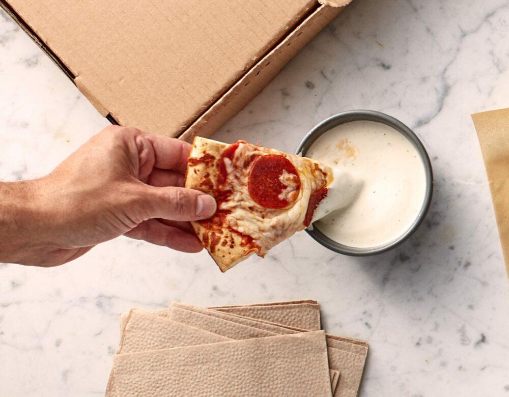 Pizza con salsa ranch, otra de las comidas más extrañas de Estados Unidos