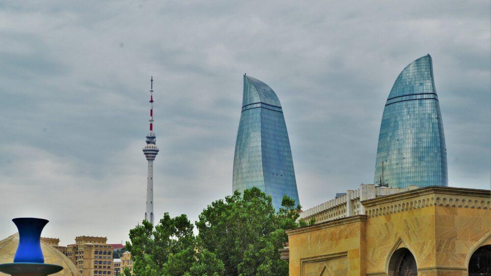 Flame Towers desde la ciudad