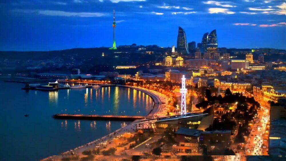 Vista nocturna de la ciudad de Bakú sobre el Mar Caspio